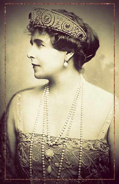 Queen Marie of Romania wearing a kokoshnik tiara.
