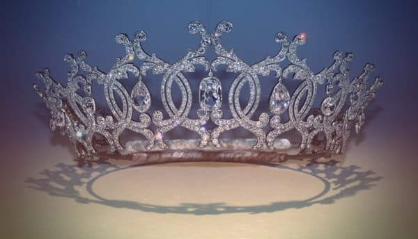 The Portland tiara - it's composed of interlocked circles formed of diamonds, with a diamond drop hanging from the center of each circle.