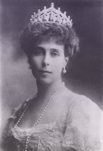 Victoria Melita, Grand Duchess of Hesse and by Rhine. She's wearing a pearl necklace, pearl earrings, and a large diamond and pearl tiara.