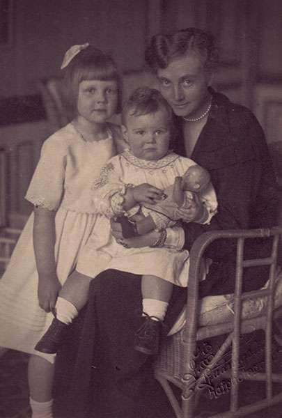 Alexandra of Mecklenburg-Schwerin holding her new baby on her lap, with her older daughter Thyra standing beside them.