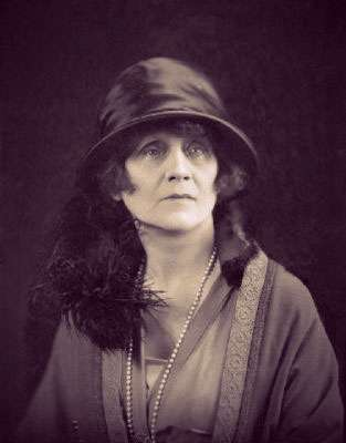 Photo of the Duchess of Rutland in a cloche hat, string of pearls, and fur-trimmed coat.